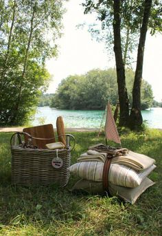 Picnic by the lake Picnic Time, Summer Picnic, Summer Fun, Picnic Parties, Beach Picnic, Outdoor Parties, Picnic Images, Country Picnic, Romantic Picnics