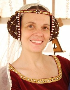 The Crispinette - done from Great article with lots of information about it and wonderful pictures of reproductions Medieval hair Moda Medieval, Medieval Hats, Medieval Fashion, Medieval Clothing, Women's Clothing, Renaissance Costume, Medieval Costume, Medieval Dress, Renaissance Hair