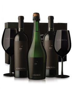 Alma Negra - 2 Botellas de Misterio + 1 botella de espumante + 2 copones negros en estuche. - Mendoza. Argentina. Mendoza, Wine Drinks, Whisky, Wine Rack, Liquor, Vodka, Bottle, Wine Pairings, Wine Goblets