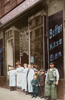 W.Buhlmann – Butter u. Käse-Grosshandel in Berlin, Prenzlauer Straße 39: Angestellte und Kinder vor dem Geschäft. Um 1900