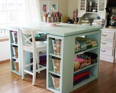 Conexão Décor Atelier em casa com mesa de nichos. http://conexaodecor.com/2017/07/passo-a-passo-para-montar-seu-atelier/