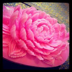 今日は菊の花?です。カービングナイフの他に彫刻刀的なナイフも併用しました。