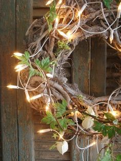 This rustic Christmas wreath is amazing.