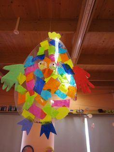 """""""doorkijk-kip""""gemaakt van een ei-vorm .Gebruik gemaakt van een sheet. daarna met vliegerpapier en sterke lijm het lijfje beplakt. De vleugels zijn gemaakt van  uitgeknipte handjes."""