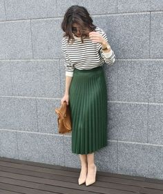Модели юбок, которые всегда смотрятся дорого и стильно   Новости моды Office Skirt Outfit, Green Skirt Outfits, Green Pleated Skirt, Olive Green Skirt, Pleated Skirt Outfit, Winter Skirt Outfit, Midi Skirts, Green Blouse Outfit, Outfit Summer