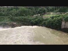 Mukutmonipur dam silabote মুকুটমনিপুর এ জল ছাড়ার সময় একটি বিরল দৃশ্য - YouTube