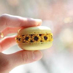 Macarons, Cookies and Flowers ( Cute Desserts, Dessert Recipes, Macaron Fimo, Cute Food, Yummy Food, Cute Baking, Macaroon Cookies, Macaroon Recipes, Cupcakes