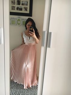 This beauty! Pleated Skirt Outfit, Metallic Pleated Skirt, Satin Dresses, Sexy Dresses, Metallic Skirt Outfit, Chiffon, Stunning Dresses, Skirt Fashion, Pretty Outfits