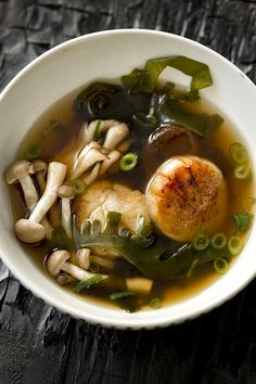 Konbu Wakame, Mushroom and Scallop Soup Sea Weed Recipes, Asian Recipes, Healthy Recipes, Seafood Recipes, Soup Recipes, Cooking Recipes, Low Carb Brasil, Asian Soup, Soups And Stews