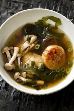 Konbu Wakame, Mushroom and Scallop Soup Sea Weed Recipes, Asian Recipes, Healthy Recipes, Seafood Recipes, Soup Recipes, Cooking Recipes, Low Carb Brasil, Food Porn, Asian Soup