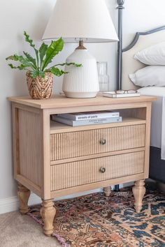 How to make gorgeous Gustavian nightstands - French country / Swedish style nightstands #jenwoodhouse #DIY #nightstand #gustavian #frenchcountry #bedsidetable #nightstandstyling Oak Nightstand, Bedside Tables, Nightstands, White Oak Wood, Home Bedroom, Master Bedroom, Small House Design, Diy Design, French Country