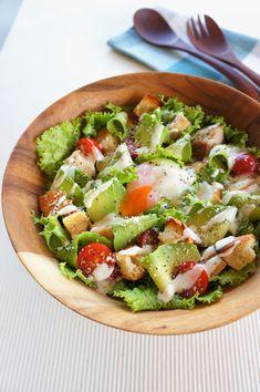 シェイブドアボカドとチキンのシーザーサラダ by 松井さゆり 「写真がきれい」×「つくりやすい」×「美味しい」お料理と出会えるレシピサイト「Nadia | ナディア」プロの料理を無料で検索。実用的な節約簡単レシピからおもてなしレシピまで。有名レシピブロガーの料理動画も満載!お気に入りのレシピが保存できるSNS。