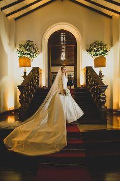 Vestido Pronovias escolhido por Renata. O casamento de Renata e Daniel foi publicado no Euamocasamento.com. As fotos são de Leandro Joras. #euamocasamento #NoivasRio #Casabemcomvocê