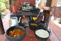 deliciosas comidas caipiras... panelas de ferro, lenha para aquecer.