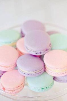 Macarons in sweet pastel. We looove macarons! Pastell Party, Pastel Macaroons, French Macaroons, Cute Food, Yummy Food, Deco Pastel, Kreative Desserts, Valentines Day Party, Pretty Pastel