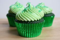 Green Velvet Cupcakes - This rounds out the red and blue velvet cupcake recipes I have - WOOT! Green Cupcakes, Velvet Cupcakes, Yummy Cupcakes, Heart Cupcakes, Köstliche Desserts, Delicious Desserts, Yummy Food, Green Desserts, Mini Cakes