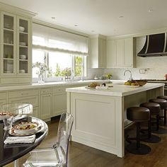like this cabinet color!  Benjamin Moore Bavarian Cream