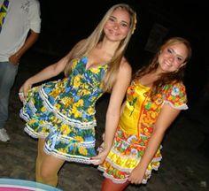 Os vestidos Juninas para Festa Caipira são a grande atração de São João para a mulherada que adora entrar no clima de Festa Junina! Lily Pulitzer, Ideias Fashion, Clothes, Dresses, Hillbilly Costume, Hillbilly Party, Ethnic Dress, Suits, Celebs