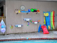 Plant baskets & mesh laundry bags to hold pool toys. & bungee cords to holds noodles. Pool Shed, Garden Pool, Pool Toy Organization, Pool Storage, Easy Storage, Pool Rules, Pool Signs, Outdoor Projects, Outdoor Ideas