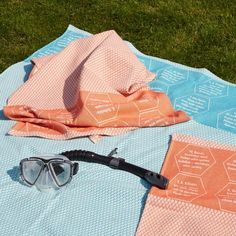 Frühlingszeit und Sommerzeit ist Badezeit. Handtuch und Liegetuch mit eingewebten Zitaten. Strand, Wayfarer, Ray Bans, Sunglasses, Fashion, Towel, Summer Time, Hemp, Sun