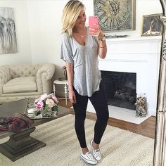 The best slouchy tee of all time! - ali fedotowsky www. Outfits Leggins, Cute Outfits With Leggings, How To Wear Leggings, Black Leggings Outfit Summer, Casual Leggings Outfit, Shoes With Leggings, Leggings And Converse, Jeggings Outfit, Outfits For Teens