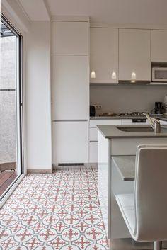 Cuisine blanche carreaux de ciment Kitchen Interior, New Kitchen, Kitchen Decor, Kitchen White, Modern Decor, Tile Floor, Sweet Home, House Design, Flooring