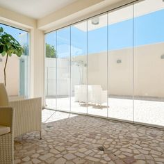 Vetrate panoramiche Protezioni soluzione ideale per terrazzi e balconi di residenze ed appartamenti o per locali pubblici e commerciali.