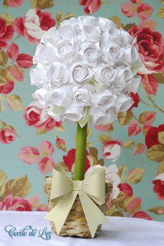 Arranjo de topiaria medindo 22cm diâmetro por 35cm de comprimento: - Aproximadamente 35 rosas origami + margaridas e folhas - Vaso de palha com musgo e argila  - Laço origami em papel dourado especial. - Escolha suas cores no mostuário acima.  OBS:  GANHE  6% DE DESCONTO NESTE PRODUTO, EFETUANDO A COMPRA POR DEPÓSITO BANCÁRIO. R$ 80,00