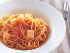 笹島 保弘さんのスパゲッティを使った「新じゃがとたらこのスパゲッティ」のレシピページです。梅肉を使うと、すっきりと味が引き締まり、飽きのこないおいしさに。いつもと違うたらこスパゲッティです。 材料: スパゲッティ、新じゃがいも、たらこ、梅肉、エクストラバージンオリーブ油、塩