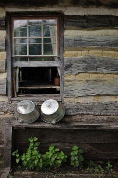 Living History Farms Des Moines Iowa - Ferme de 1850 by fernanc . Des Moines Iowa, Cabin Homes, Log Homes, Country Life, Country Living, Country Charm, Cabins And Cottages, Log Cabins, Rustic Cabins