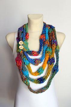 He encontrado este interesante anuncio de Etsy en https://www.etsy.com/es/listing/218346122/knit-infinity-scarf-rainbow-knitted
