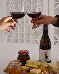 Um brinde à liberdade  #25deabril  #façadavidaumprazer Red Wine, Alcoholic Drinks, Glass, Food, Favors, Liberty, Gourmet, Drinkware, Corning Glass