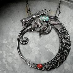 """UROBOROS...symbol věčnosti... Autorský šperk Uroboros - je řecký výraz pro obraz hada stočeného do kruhu a pohlcujícího vlastní ocas. Obraz je obvykle doprovázen větou """"En to pan"""" (vše je jediné). Jedná se o prastarý symbol, který se objevuje v řadě různých kultur, u starých Egypťanů stejně jako u Indiánů kmene Navajo a jinde, který je určitou extrapolací symbolu ..."""