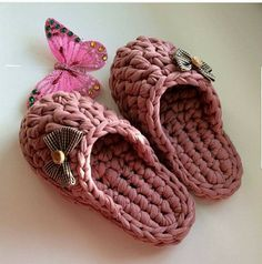 You can crochet a pair of slippers in one evening! Crochet T Shirts, Crochet Diy, Crochet Crafts, Crochet Clothes, Crochet Projects, Diy Crafts, Crochet Sandals, Crochet Boots, Crochet Slipper Pattern