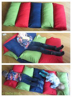 Spiel Matratze zum Kuscheln (IKEA Kissenhüllen zusammengenäht und mit IKEA 80x80cm Kissen gefüllt)