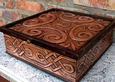 """Caixa """"Senhora da Magia"""" feita em arte Celta sobre cobre. medida: 30X30X8cm,"""