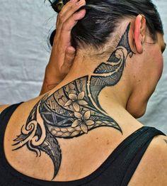 Tatouage tribal pour les femmes sur le cou