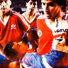 En 1989, durante el partido de fútbol decisivo de Brasil contra Chile por la clasificación para la Copa del Mundo, el portero chileno Roberto Rojas se hirió su propio rostro con un escalpelo escondido en sus guantes, después de que un cartucho fumígeno aterrizara junto a él.  Se paró el encuentro, los jugadores chilenos rechazaron volver al partido y finalmente se otorgó la victoria a Chile antes de que la trampa fuera descubierta y de que Rojas fuera suspendido de por vida. Las dudas…