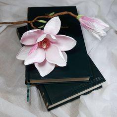 "68 aprecieri, 5 comentarii - Marianne (@marianneweddingdesign) pe Instagram: ""Magnolia #crepepaperflower #craft #creppaper #creative #cartefini #magnolia #marianneweddingdesign…"" Paper Flower Art, Paper Flowers, Magnolias, Crepe Paper, My Flower, Wedding Designs, Instagram, Creative, Crafts"