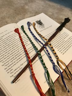 Harry Potter Fishtail Friendship Bracelet #harrypottercharacters Harry Potter Friendship, Harry Potter Day, Harry Potter Houses, Harry Potter Halloween, Harry Potter Christmas, Harry Potter Cosplay, Harry Potter Birthday, Harry Potter Characters, Harry Potter Fun Facts