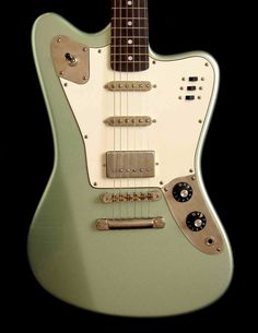 Deimel Guitars (Berlin) - Firestar with fixed bridge. 1957 V-neck profile. P90´s (in Tele housings - wow, can that be done?, ofcourse!) with bridge 59 humbucker. Reverse headstock. Soft Relic finish. What an übercool rocker...What do you think?