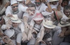 Polvo para el pueblo! Juerguistas lanzan polvos de talco sobre la otra durante el carnaval anual de Los Indianos en Islas Canarias. Juerguistas conocidos como 'Los Indianos' cubierto de polvo de talco que se lanzan sobre ellos participan en el carnaval de Santa Cruz de la Palma