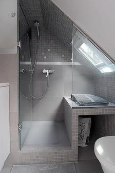 Sehe dir das Foto von Weltenbummler mit dem Titel Klasse Einteilung für ein kleines Badezimmer mit Dachschräge und andere inspirierende Bilder auf Spaaz.de an.