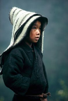 POrtrait of child in the High Himalaya, Nepal, by Eric Valli Kids Around The World, People Around The World, Foto Portrait, Portrait Photography, Photography Settings, Photography Themes, Photography Competitions, Photography Courses, Portrait Ideas