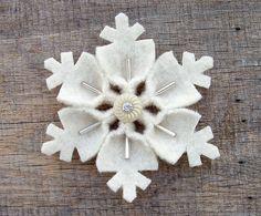 Broche de fieltro para Navidad con forma de copo de nieve