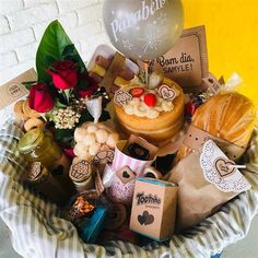 Breakfast Basket, Creative Gift Baskets, Cake Cafe, Dessert Boxes, Christmas Hamper, Cherry Cake, Diy Presents, Kitchen Gifts, Food Gifts