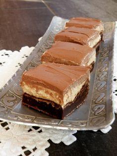 Brownie med peanøttfyll og sjokoladefrosting   Smakebiten Cake Recipes, Dessert Recipes, Desserts, How To Cook Burgers, Cooking Burgers, Norwegian Food, Homemade Sweets, English Food, Baked Goods