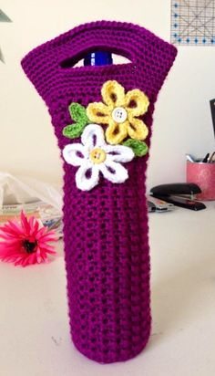 Crochet Handbags Crochet Wine Tote UPDATED: January 2017 Wine is a great gift (as long as you don't live in Utah haha) Its a housewa. Wine Bottle Gift, Wine Bottle Covers, Bottle Bag, Wine Gifts, Water Bottle, Crochet Kitchen, Crochet Home, Crochet Gifts, Free Crochet