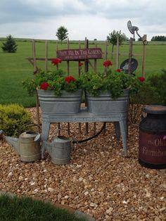 Country porch country landscaping - Flower Garden İdeas İn Front Of House Garden Junk, Garden Yard Ideas, Easy Garden, Lawn And Garden, Patio Ideas, Garden Tips, Decking Ideas, Herbs Garden, Garden Oasis
