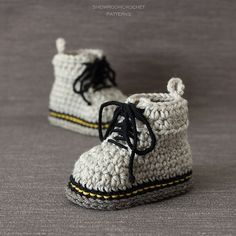 Doctor Is In … These Baby Doc Martens are Fun and There's Even a Crochet Pattern! Crochet baby Doc Martens - get the pattern.Crochet baby Doc Martens - get the pattern. Booties Crochet, Crochet Baby Boots, Crochet Slippers, Baby Booties, Baby Shoes, Baby Sandals, Knitted Baby, Boy Crochet, Baby Knitting Patterns